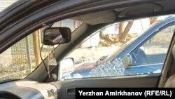 Разбитое окно автомобиля видеооператора Азаттыка Ержана Амирханова. Нур-Султан, 1 мая 2019 года.
