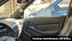 Разбитое стекло автомобиля оператора Азаттыка Ержана Амирханова. Нур-Султан, 1 мая 2019 года.