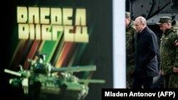 Владимир Путин в сопровождении Сергея Шойгу на военных учениях на Дальнем Востоке