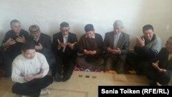 Чтение молитвы в память об убитом лидере оппозиции Алтынбеке Сарсенбаеве. Атырау, 11 февраля 2016 года.