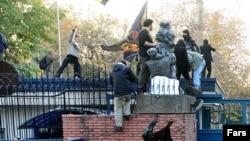 نمایی از حمله مهاجمان به سفارت بریتانیا در تهران.