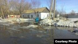 Подтопленная улица в селе Кокпекты Карагандинской области. Фото прислали жители села.
