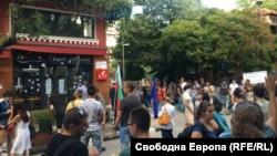 """През юли пред ресторант """"Осемте джуджета"""" се проведе демонстрация, която беше част от продължаващите вече близо 50 дни протести с искания за оставките на правителството и главния прокурор Иван Гешев"""