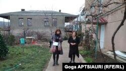 """მაია ბოლაშვილი ინგლისურის პედაგოგი (მარცხნივ) და ლუდმილა სალია ხანდაზმულთა თავშესაფრის - """"სახლი საზღვრებს გარეშე"""" ხელმძღვანელი"""