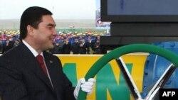 Türkmen prezidentii G.Berdymuhamedow Türkmenistan-Eýran gaz geçirijisiniň täze ugrunyň açylyş dabarasynda, Döwletabat gaz ýatagy, 6-njy ýanwar, 2010.
