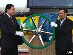 Türkmenistanyň prezidenti Gurbanguly Berdimuhamedow (çepde) Eýranyň prezidenti Mahmud Ahmadinejad bilen Döwletabat-Sarahs-Hangiran gazgeçirijisiniň açylyş dabarasynda. 2010 ýyl.