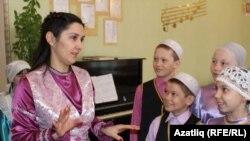 Музыка укытучысы Илзия Харисова балалар белән