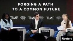 Наташа Мванса — исполнительный директор одноимённого фонда (слева), Сальвадор Гомес-Колон, основатель организации «Свет и надежда Пуэрто-Рико» (в центре), и шведская экологическая активистка Грета Тунберг (справа) на сессии в рамках ежегодного собрания 50-го Всемирного экономического форума (ВЭФ) в Давосе, Швейцария. 21 января 2020 года.