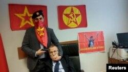 """Әсіре солшыл """"Революциялық халықтық азат ету майданы партиясы"""" қозғалысының мүшесі делінген адам прокурор Мехмет Селим Кираздың басына тапанша кезеп тұр. Стамбул, 31 наурыз 2015 жыл."""