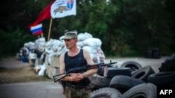 Баррикада қасында тұрған рсейшіл қарулы сепаратист. Славянск, 14 мамыр 2014 жыл.
