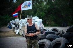 Проросійський бойовик на блокпосту біля Луганська, 14 травня 2014 року