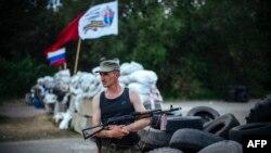 Луганск қаласы маңындағы өткізу бекетінде тұрған ресейшіл сепаратист. 14 мамыр 2014 жыл.