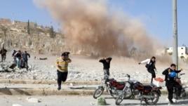 Ljudi bježe od eksplozije u mejstu Al-Bab, novembar 2012.