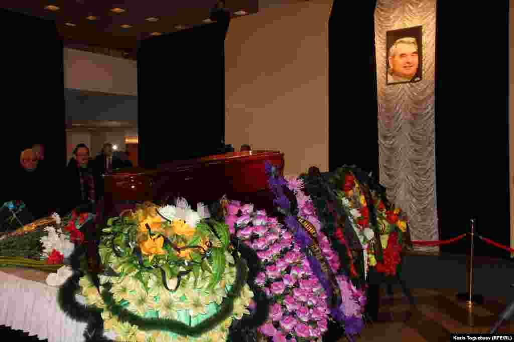 Герольд Бельгермен қоштасу Алматыдағы Мұхтар Әуезов атындағы театрда өтті.