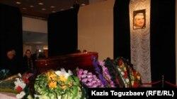 ФОТОГАЛЕРЕЯ: Жазушы Герольд Бельгерді соңғы сапарға шығарып салды. Алматы, 10 ақпан 2015 жыл.