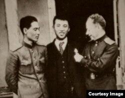 """Ким Ир Сен (в центре) и Григорий Меклер (справа), """"нарисовавший"""" корейскому вождю парадную биографию"""