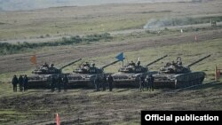 Війська карабахських сепаратистів під час навчань біля лінії контакту з рештою Азербайджану, листопад 2014 року