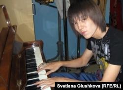 """Димаш Кудайберген, победитель конкурса """"Жас канат - 2012"""". Астана, 20 мая 2012 года."""