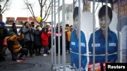 Инсталляция с изображением президента Пак Кын Хе за решёткой, Сеул, 10 декабря 2016