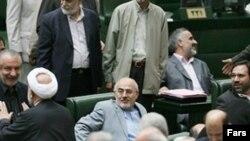 علی کردان (نشسته سمت چپ) وزیر کشور جدید جمهوری اسلامی در نشست مجلس برای کسب رای اعتماد.(عکس: فارس)