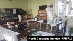 Комната, где чеченки шьют медицинские маски