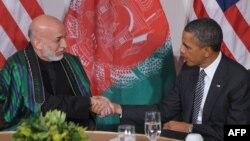 د امریکا ولسمشر باراک اوباما له خپل افغان سیال حامد کرزي سره روغبړ کوي