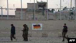 Афганські сили безпеки патрулюють на місці нападу на консульство Німеччини в Мазар-і-Шарифі, 11 листопада 2016 року