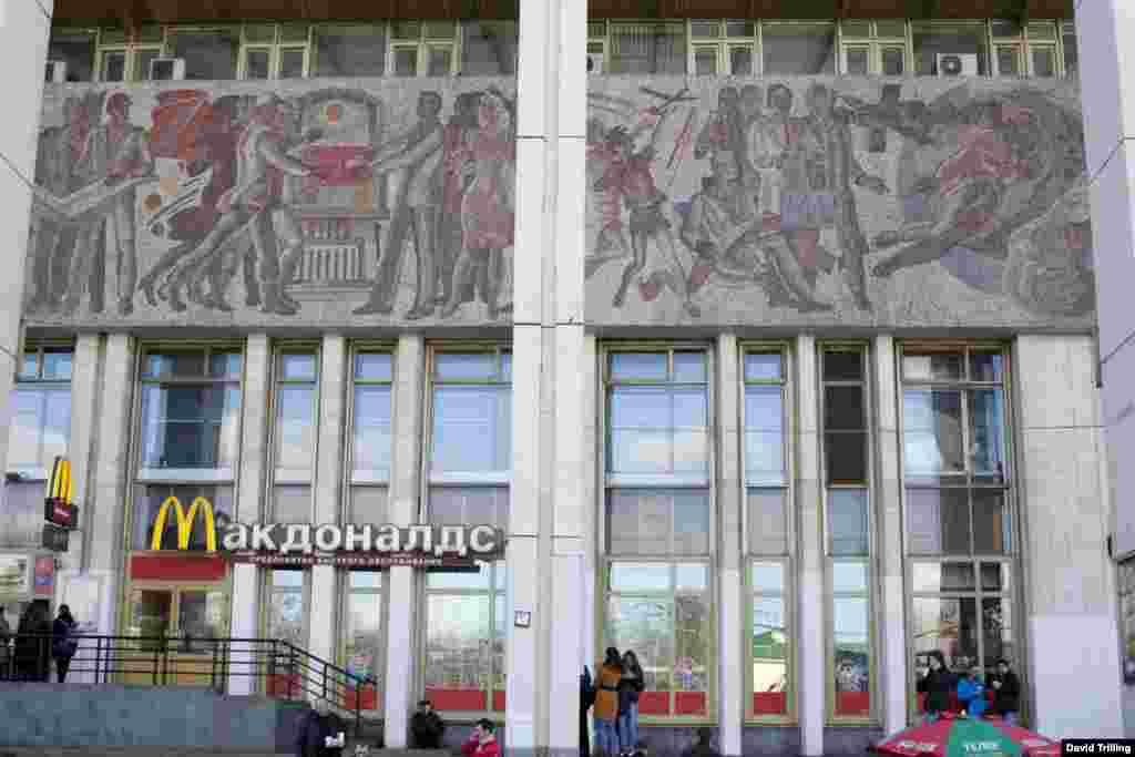 """Еще одно мозаичное панно советских времен над американским рестораном """"Макдоналдс"""". Станция метро """"Фрунзенская"""", Москва."""