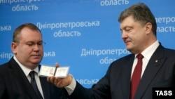 П'ятий президент України Петро Порошенко (п) представляє Валенти на Резніченка як голову Дніпропетровської ОДА, 26 березня 2015 року
