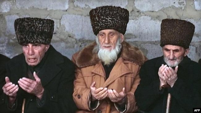 Старейшины молятся за погибших девочек 8 и 10 лет. В конце декабря 1999 года они попали под колёса автомашины, которая, как уверены местные жители, перевозила продукты и алкоголь для новогоднего стола военных