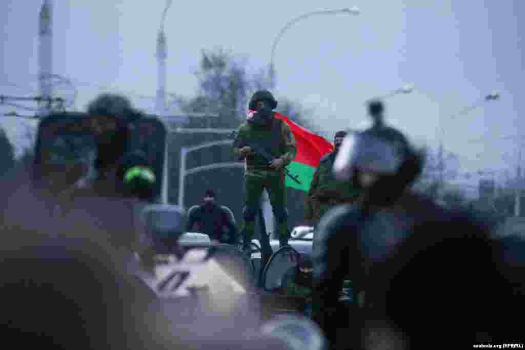 АМАП спрабаваў адагнаць пратэстоўцаў ад ланцуга, у тым ліку стрэламі. Людзі крычалі: «Фашысты!»