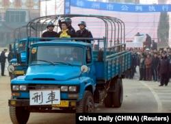 Egy halálra ítélt bűnözőt visznek teherautóval kivégzésre 2006-ban a kínai Hunan tartomány-beli Csucsouban. Kína államtitokként kezeli a kivégzések számát, amelyek az Amnesty International szerint évente több ezerre tehetők