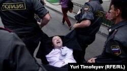 Полиция задерживает лидера ЛГБТ-движения Николая Алексеева. 27 мая 2012 г. Москва