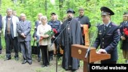 Вальтер Вандқа орнатылған ескерткіш тақтаны ашу кезінде сөйлеп тұрған полиция өкілі.
