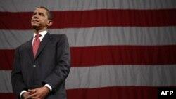 Хиллари Клинтон (за кадром) еще может опередить Обаму на финишной прямой