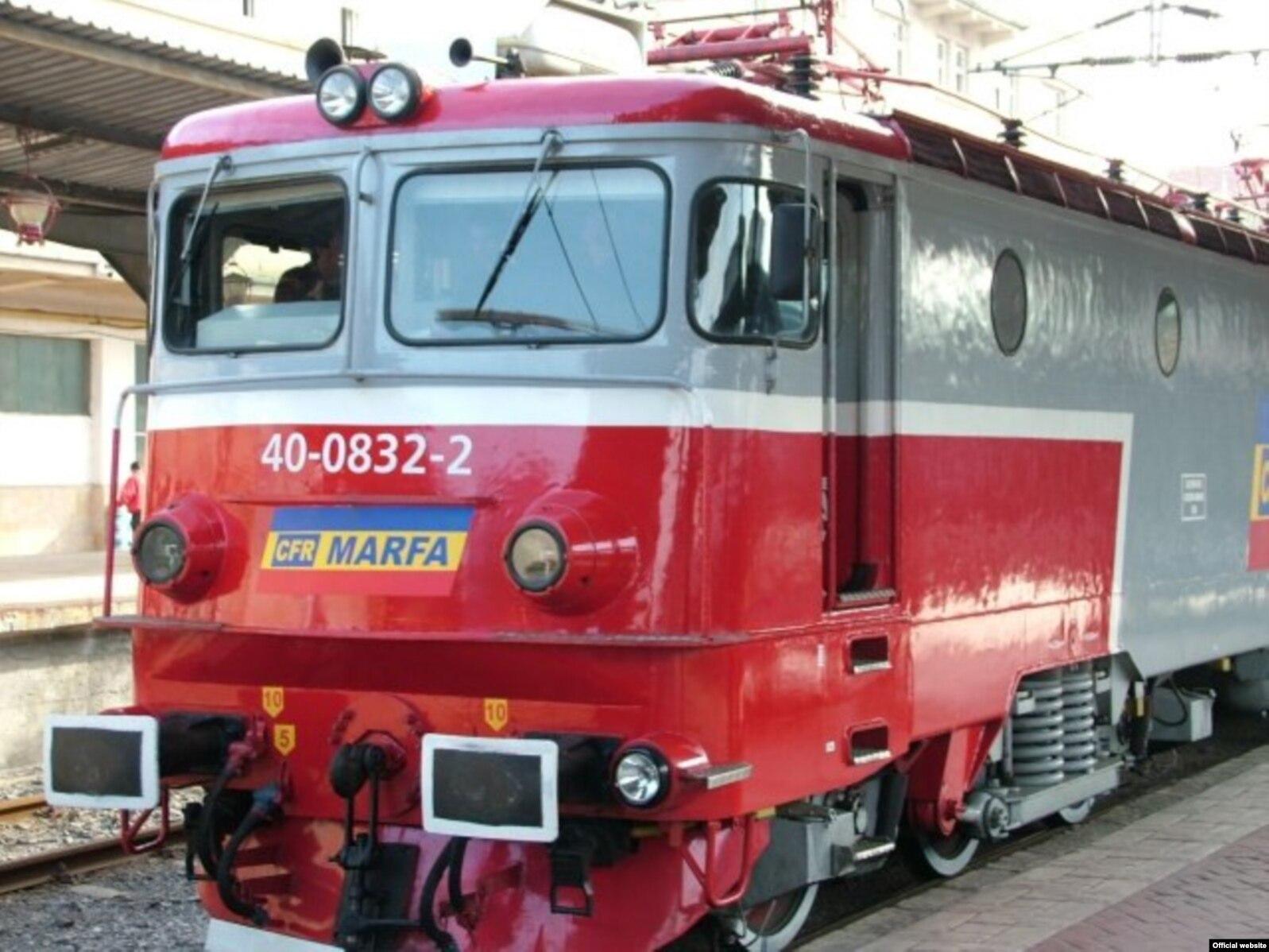 CFR Marfă deține trei tipuri de locomotive după modul de funcționare: Diesel-hidraulică, Diesel-electrică și electrică în întregime