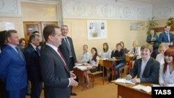 Премьер-министр России Дмитрий Медведев в школе города Симферополя в Крыму. 31 марта 2014 года.