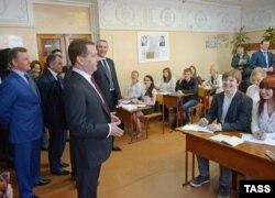 Премьер-министр России Дмитрий Медведев в средней школе в новообретенном Крыму. 2014 год
