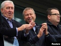 """Владелец футбольной команды """"Челси"""" Роман Абрамович (в центре) апплодирует победе своих игроков. Лондон, 9 мая 2010 года."""