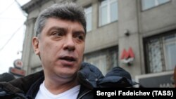 """Борис Немцов во время акции """"Большой белый круг"""" на Садовом кольце, 2012 год."""