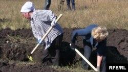 Жительницы Плетневки роют траншею на границе с Россией