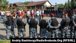 Журналісти біля резиденції Віктора Януковича Межигір'я, Нові Петрівці, 6 червня 2013 року