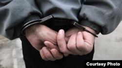 Человек в наручниках. Иллюстративное фото.