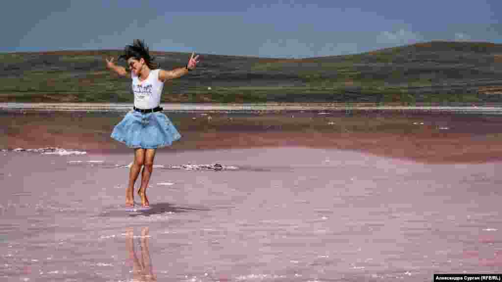 Кояшское озеро находится неподалеку от мыса Опук на юге Керченского полуострова. Оно отделено от Черного моря узкой полоской суши. Когда-то это озеро было частью моря, но под воздействием прибоя за две тысячи лет появился отдельный водоем глубиной менее метра, вытянувшийся почти на четыре километра в длину и два – в ширину.
