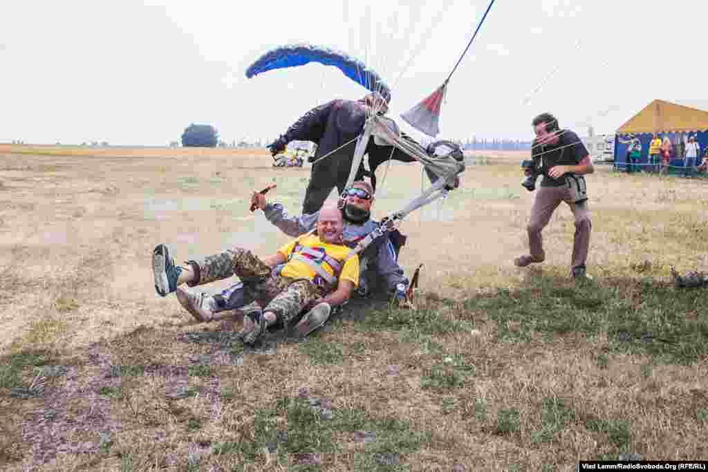 Військовий Володимир Миронець приземляється разом із інструктором. Володимир зізнався, що про стрибок мріяв давно, коли дивився різні фільми, тож коли з'явилася можливість, одразу погодився
