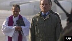 Министр обороны Франции во Афганистане приветствует солдат Иностранного легиона