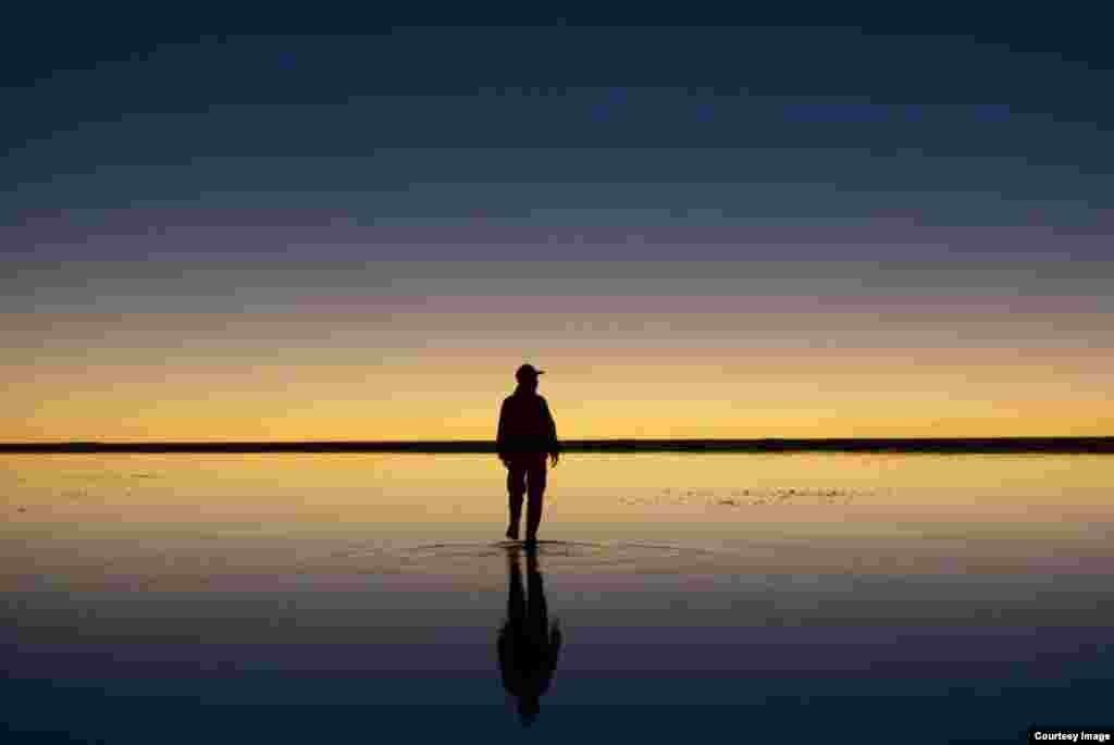 Закат над самым большим солончаком на континенте: Уюни, Боливия, Южная Америка