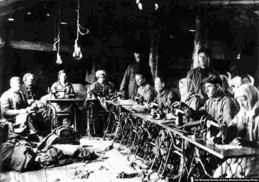 Узники одного из лагерей в швейном цеху. 1932 год.