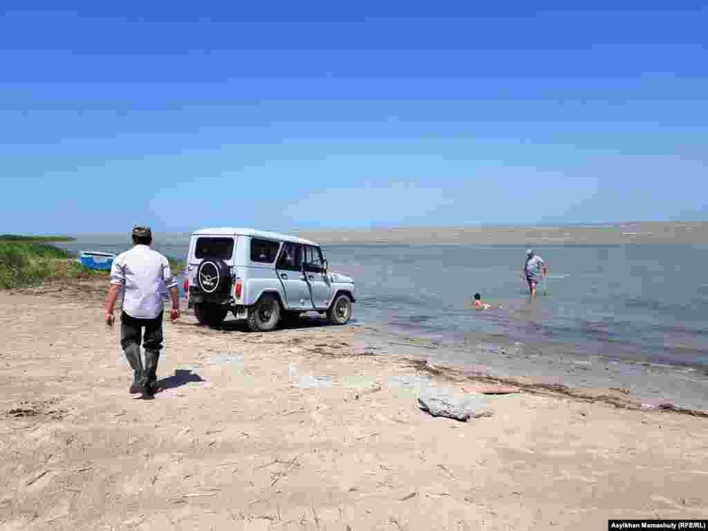 75 лет назад этот водоем считался четвертым по величине соленым озером в мире.  В прошлом веке площадь Аральского моря, северное побережье которого лежало в Казахстане, а южное – в Узбекистане, сократилась в четыре раза. Сейчас объем водоема снизился до 10 процентов от прежних показателей. Фото: рыбак на побережье Малого Арала.