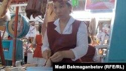 Продавец на рынке готовит казы (казахское национальное блюдо из конины). Алматы, 22 января 2013 года.